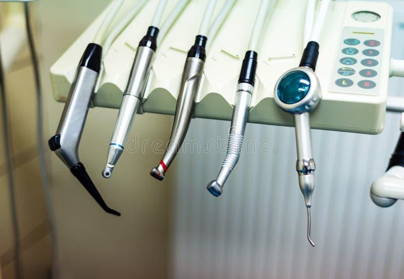 Tandboor handpiece instrumenten in de kliniek stock afbeeldingen