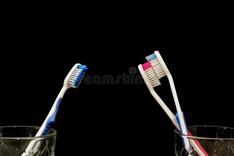 Tandborstar har en fruktdryck på de och gör ut Svartsjukt ledset hålla ögonen på för tandborste arkivfoton