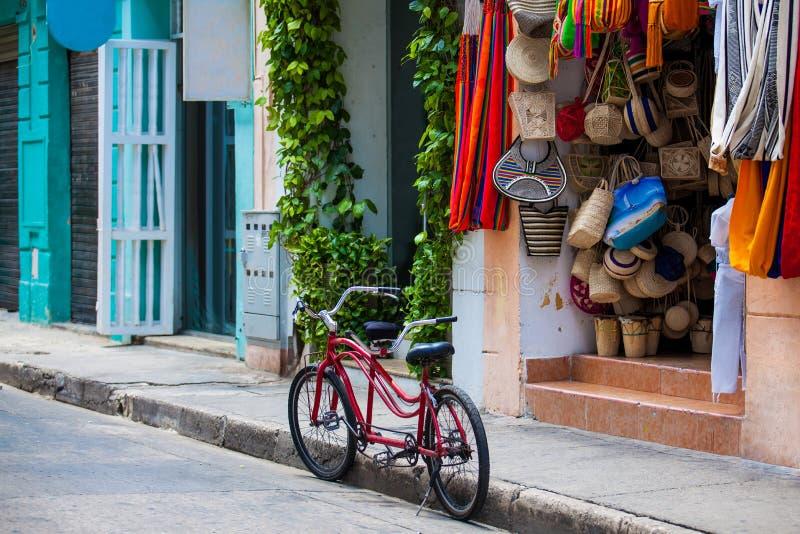 Tandem cykel som parkeras på de härliga gatorna av den walled staden i Ca fotografering för bildbyråer