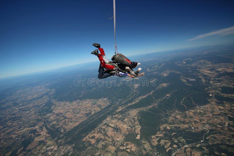 Tandem parachute hoppar över farkosten arkivfoto