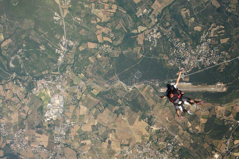 Tandem parachute hoppar över farkosten fotografering för bildbyråer