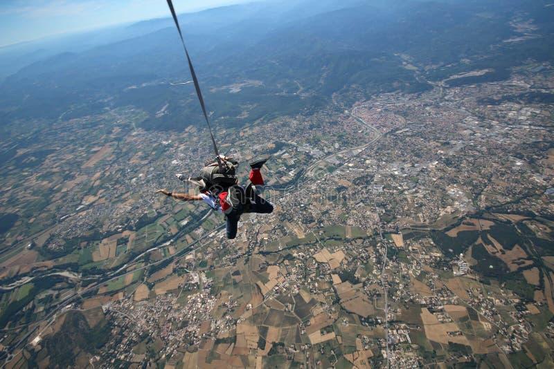 Tandem parachute hoppar över farkosten arkivbild