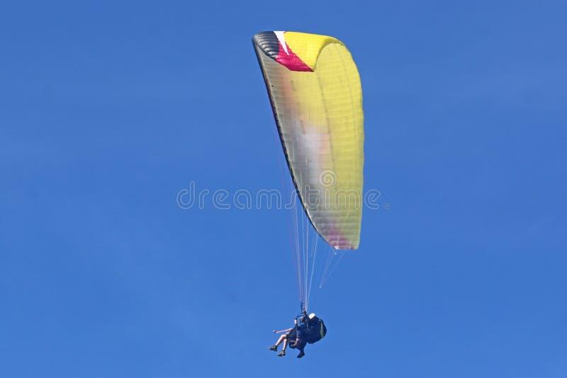 Tandem paraglider i blå himmel arkivbilder