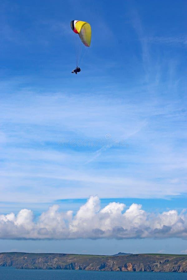 Tandem Paraglider latający w Newgale, Walia obrazy stock