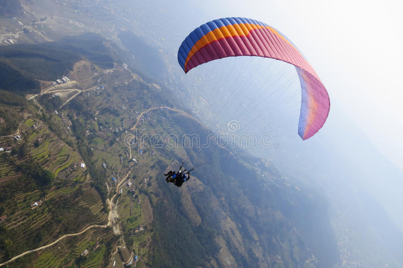 Tandem paragliding i Nepal royaltyfria bilder