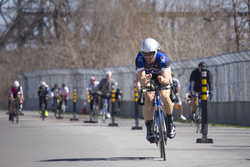 Tandema cyklister som öva på löparbana arkivbild