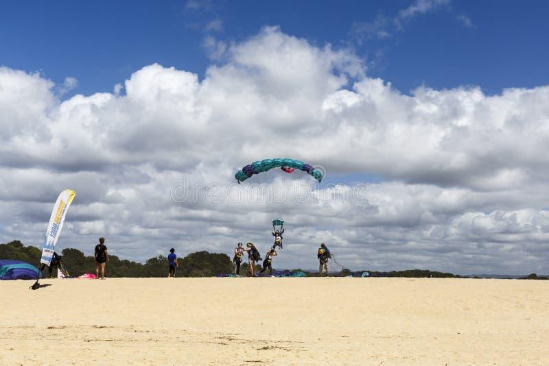 Tandemcykeln hoppar med fritt fall landning på stranden royaltyfri foto
