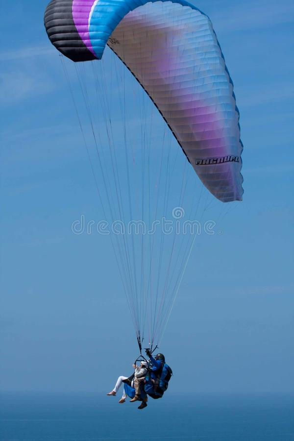 Tandemgleitschirme bei Torrey Pines Gliderport in La Jolla stockfoto