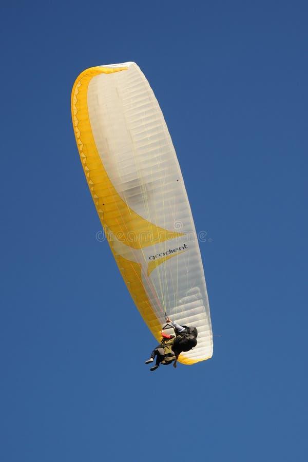 Tandemgleitschirme im Himmel über den Südabstiegen lizenzfreie stockfotografie