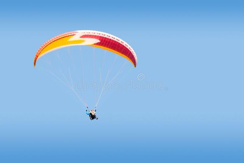 Tandemowego paraglider bezpłatny szybownictwo w głębokim niebieskim niebie obrazy stock