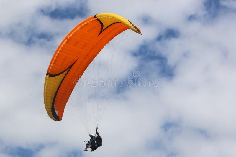 Tandemowego Paraglider lataj?cy skrzyd?o obraz stock