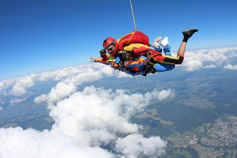 Tandemowy skydiving Instruktor z seksown? dziewczyn? obraz stock