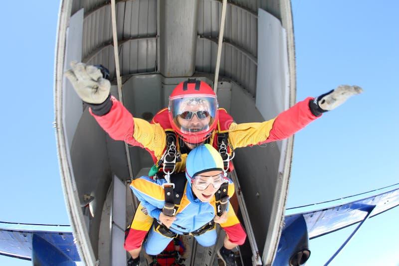 Tandemowy skydiving Instruktor z seksown? dziewczyn? zdjęcia royalty free