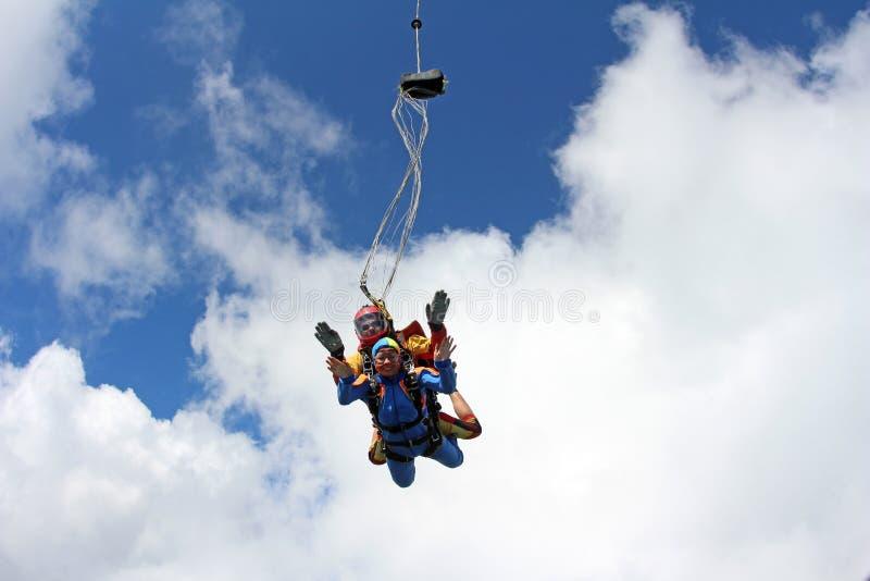 Tandemowy skydiving Instruktor z seksown? dziewczyn? zdjęcia stock