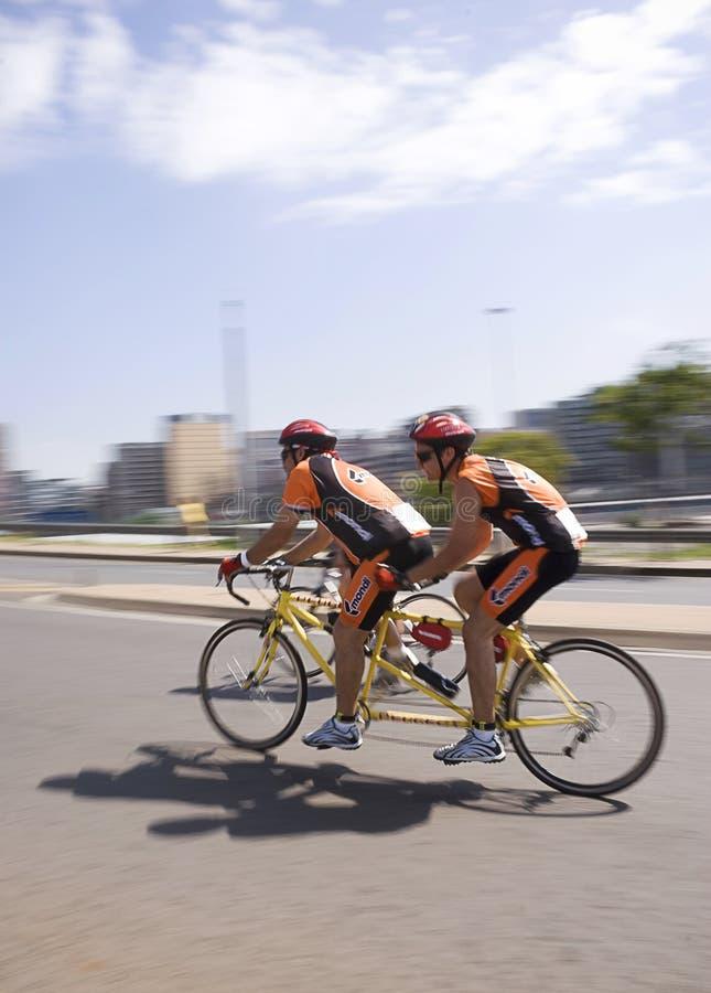 Tandemradfahrer - 94.7 Schleife-Herausforderung lizenzfreie stockfotografie