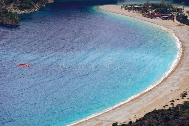 Tandemt flyg f?r Paraglider ?ver den Oludeniz stranden och fj?rden p? idyllisk atmosf?r Oludeniz Fethiye, Turkiet Lycian v?g _ royaltyfri bild