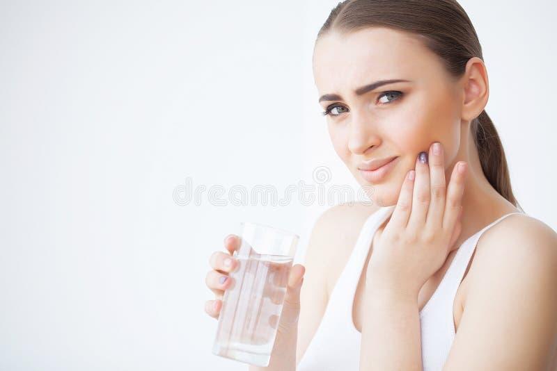 Tanden smärtar Den härliga kvinnan som känner sig stark, smärtar royaltyfria foton