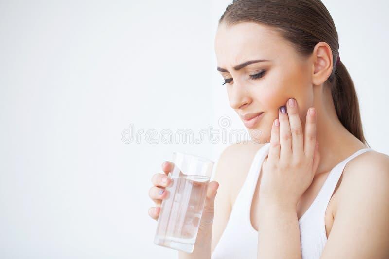 Tanden smärtar Den härliga kvinnan som känner sig stark, smärtar arkivfoton