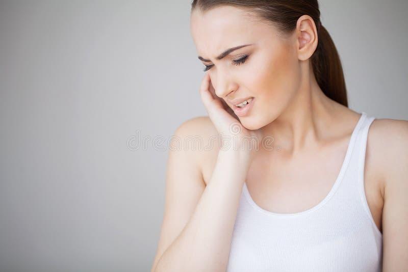 Tanden smärtar Smärtar den känsliga tanden för kvinnan Closeup av härligt ledset G royaltyfri fotografi