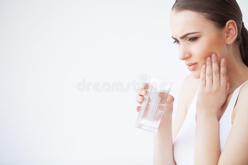 Tanden smärtar Smärtar den känsliga tanden för kvinnan Closeup av härligt ledset G arkivfoto
