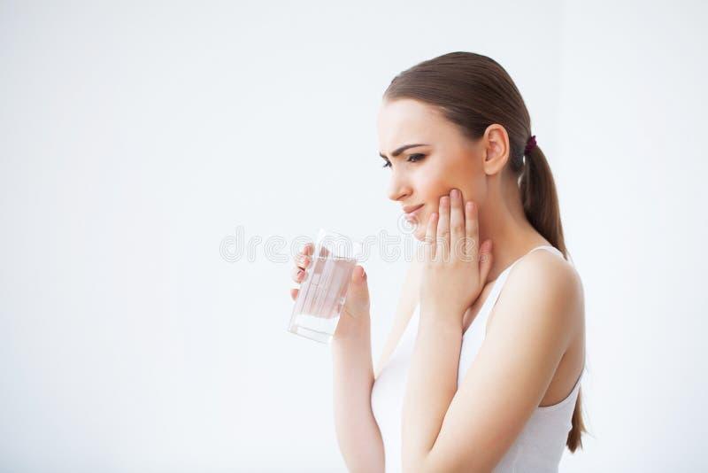 Tanden smärtar Tandvård och tandvärk Smärtar den känsliga tanden för kvinnan royaltyfria bilder