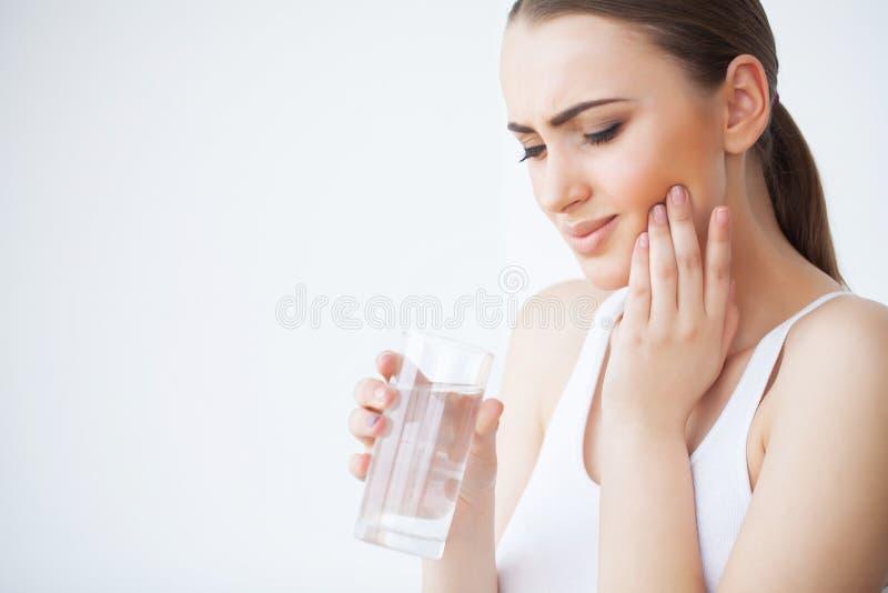 Tanden smärtar Tandvård och tandvärk Smärtar den känsliga tanden för kvinnan arkivbild