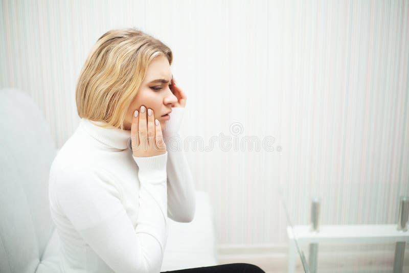 Tanden sm?rtar Den h?rliga kvinnan som k?nner sig stark, sm?rtar, tandv?rk arkivbild