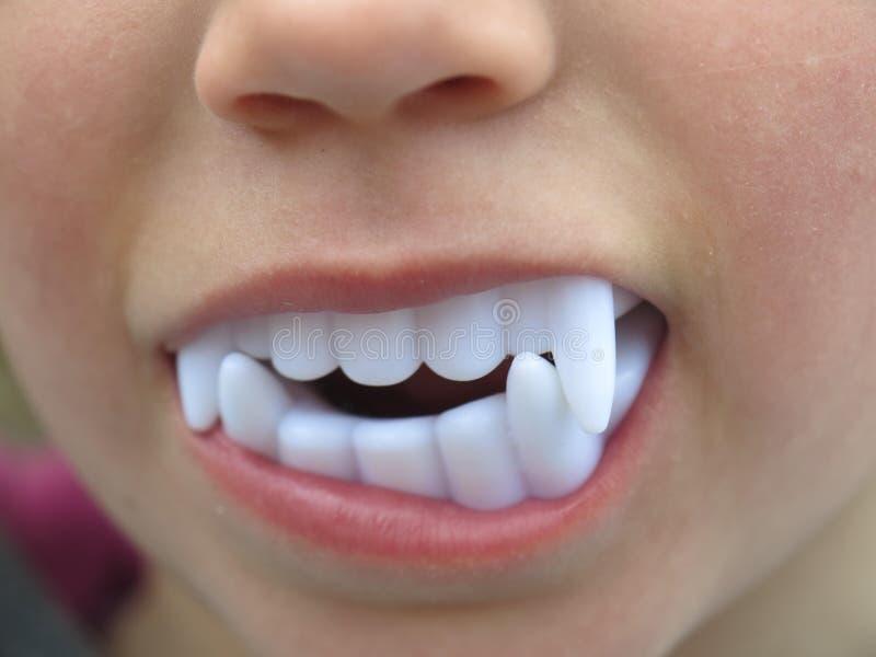 Tanden van Dracula de plastic kinderen royalty-vrije stock afbeeldingen