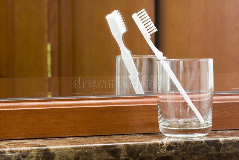 Tandenborstel in een glas royalty-vrije stock afbeeldingen