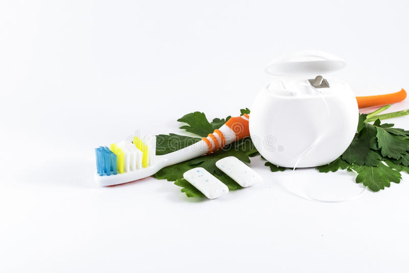 Tandenborstel en tandzijde op witte achtergrond stock afbeelding