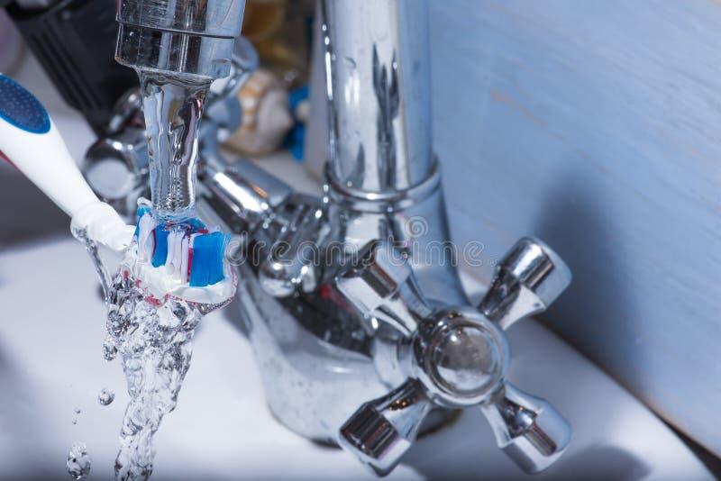 Tandenborstel onder water royalty-vrije stock afbeelding