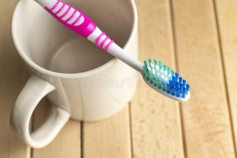 Tandenborstel op de witte kop stock foto's