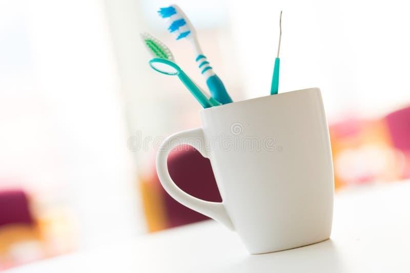 Tandenborstel voor tandzorg wordt geplaatst die stock fotografie