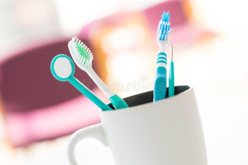 Tandenborstel voor tandzorg wordt geplaatst die stock afbeelding