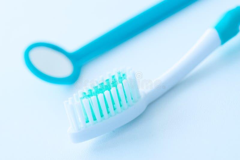 Tandenborstel voor tandzorg wordt geplaatst die royalty-vrije stock foto's