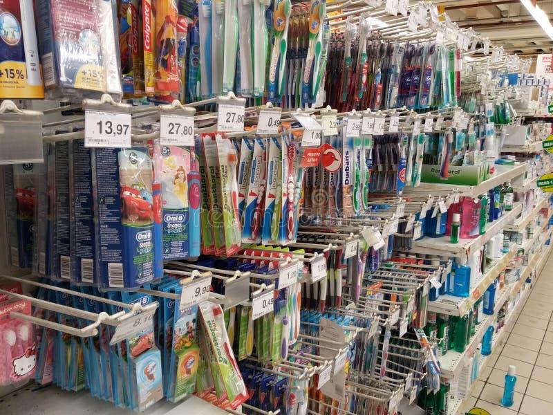 Tandenborstels in supermarkt royalty-vrije stock foto's