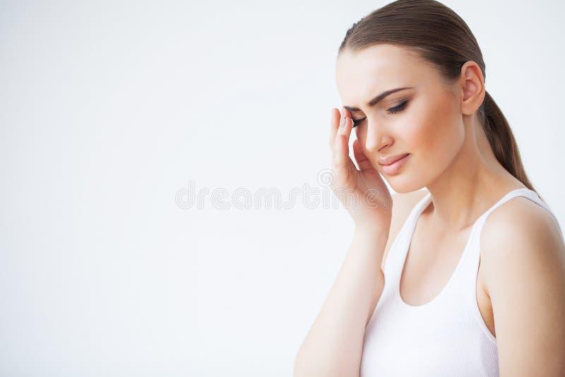 Tandenprobleem Vrouw die Tandpijn voelen Close-up van een Mooi Droevig Meisje die aan Sterke Tandpijn lijden aantrekkelijk stock afbeeldingen