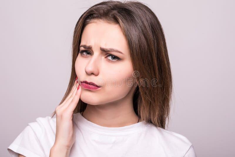 Tandenprobleem Vrouw die Tandpijn voelen Close-up van een Mooi Droevig Meisje die aan Sterke Tandpijn lijden Aantrekkelijke Vrouw royalty-vrije stock afbeelding
