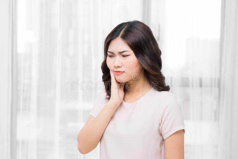 Tandenprobleem Vrouw die Tandpijn voelen Close-up van Mooie Sa stock foto's