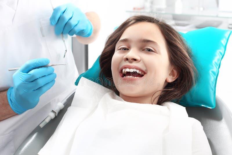 Tandheelkunde, blij kind als tandvoorzitter royalty-vrije stock foto