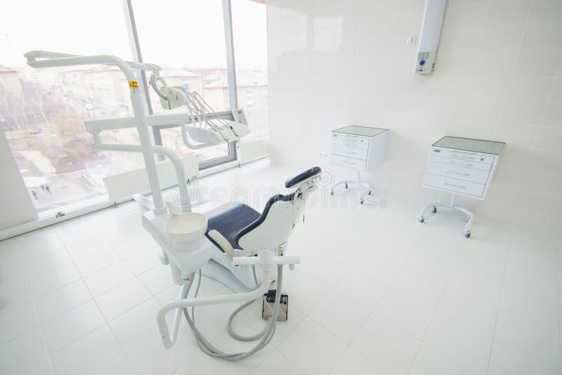 Tandkliniekbinnenland met modern tandheelkundemateriaal, het werkplaats van de tandartschirurgie stock afbeelding