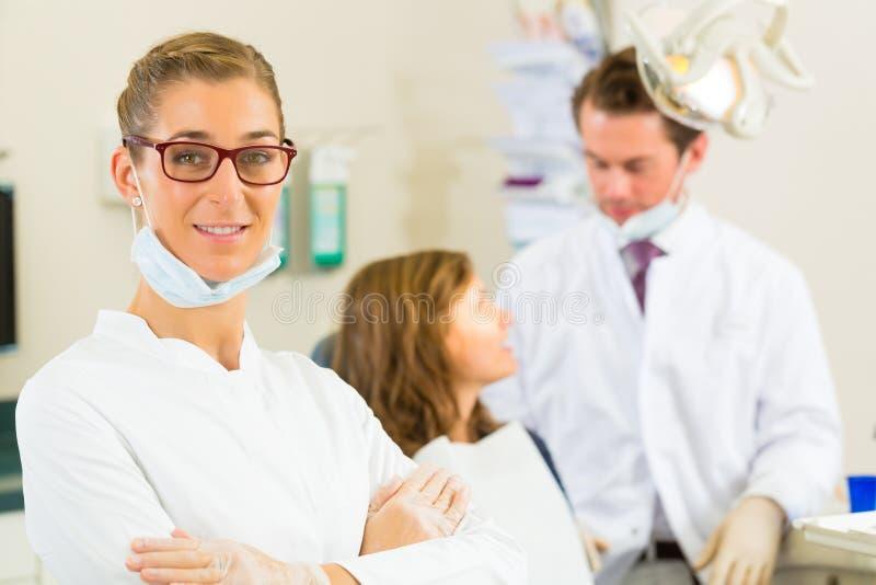 Tandläkare i henne kirurgi royaltyfri fotografi