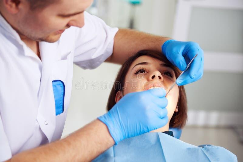 Tandläkare med tålmodign 库存图片