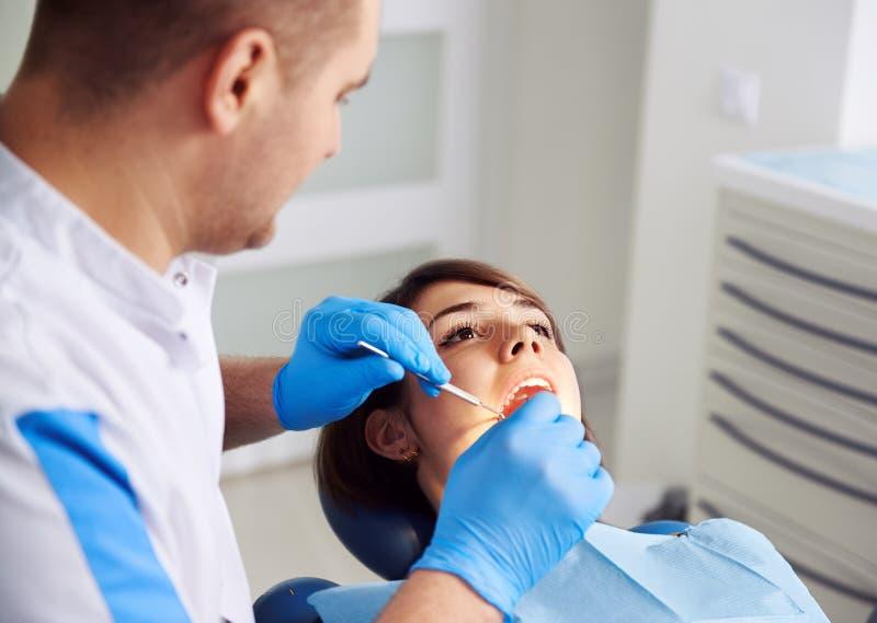 Tandläkare med tålmodign royaltyfria bilder