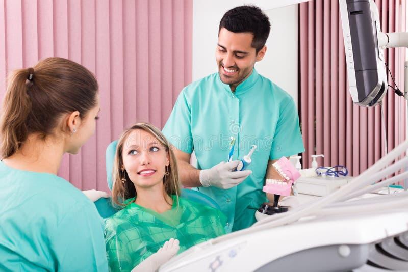 Tandläkare på kirurgikontoret arkivbild