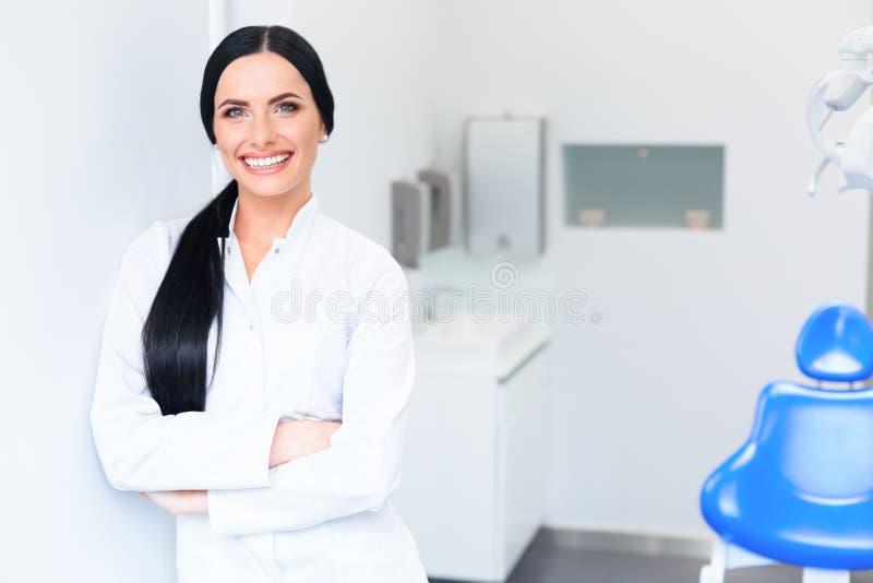 Tandläkare Portrait Doktor för ung kvinna på den tand- kliniken Tandbil royaltyfri foto