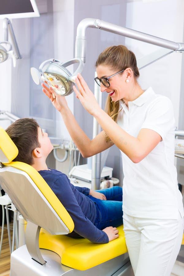 Tandläkare som ger tålmodig rådgivning royaltyfria foton