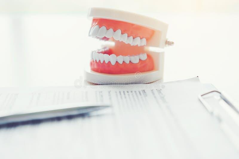 Tandläkare som lär hur man borstar tänder arkivfoton