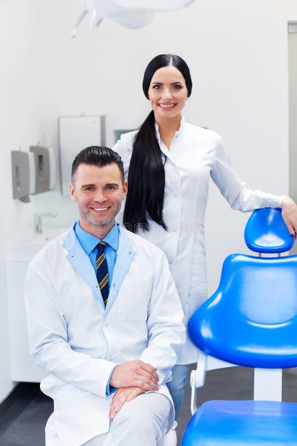 Tandläkare Team på den tand- kliniken Två le doktorer på deras arbete royaltyfria bilder