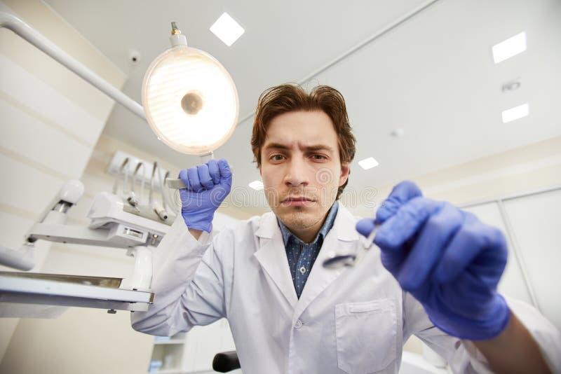 Tandläkare under undersökning royaltyfri fotografi